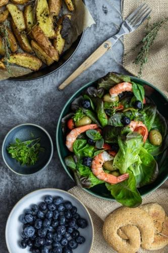 Salat mit Garnelen und Heidelbeeren